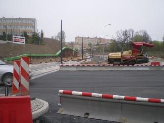 Budowa linii tramwajowej na skrzyżowaniu alei Sikorskiego z ulicami Pstrowskiego i Obiegową (28 kwietnia 2015)