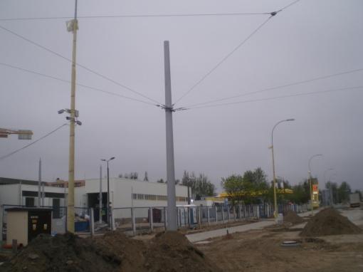 Budowa linii tramwajowej przy ulicy Towarowej (28 kwietnia 2015) - liny nośne sieci trakcyjnej przy wjeździe do zajezdni tramwajowej