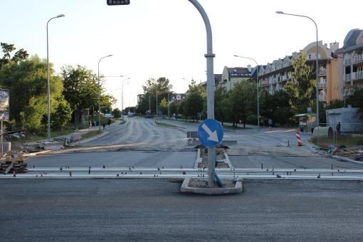 Budowa linii tramwajowej na skrzyżowaniu alei Sikorskiego z ulicami Wilczyńskiego i Płoskiego (15 czerwca 2015)