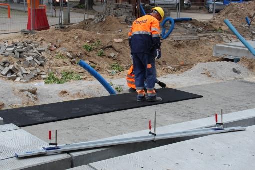 Budowa linii tramwajowej w ulicy Kościuszki (18 czerwca 2015) - układanie mat wibroizolacyjnych pod torowisko