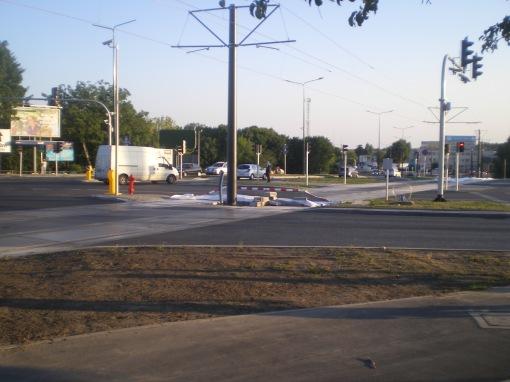 Budowa linii tramwajowej na skrzyżowaniu alei Sikorskiego z ulicami Pstrowskiego i Obiegową (15 sierpnia 2015)