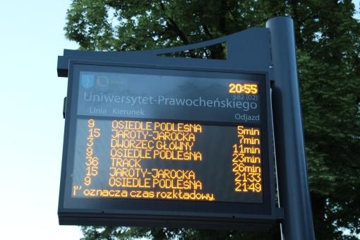 Tablica informacji pasażerskiej na przystanku Uniwersytet-Prawocheńskiego