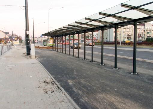 Linia tramwajowa przy ulicy Witosa (31 października 2015) - wiata dla rowerów przy przystanku końcowym Kanta