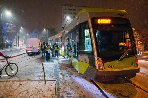 Solaris Tramino Olsztyn S111O #3001 odjeżdża z przystanku końcowego Dworzec Główny podczas trzeciego przejazdu próbnego (23 listopada 2015)