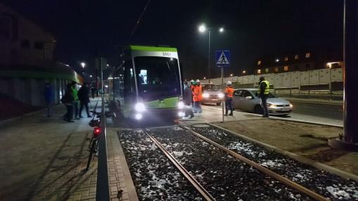 Solaris Tramino Olsztyn S111O #3001 na przystanku Pozorty podczas czwartego przejazdu próbnego (24 listopada 2015)