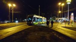 Solaris Tramino Olsztyn S111O #3001 wjeżdza na tory odstawcze przy przystanku Dworzec Główny podczas pierwszego przejazdu próbnego (19 listopada 2015)
