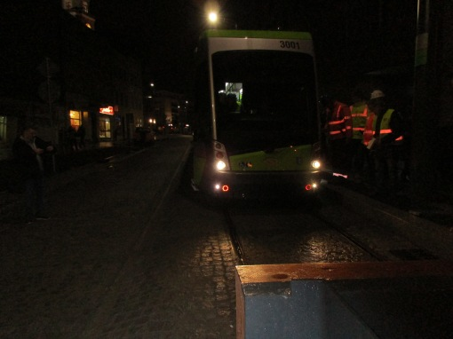 Solaris Tramino Olsztyn S111O #3001 wjeżdża na przystanek końcowy Wysoka Brama podczas drugiego przejazdu próbnego (20 listopada 2015)