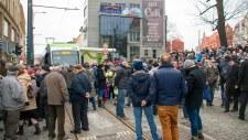 Tłumy na placu Jana Pawła II podczas oficjalnej inauguracji komunikacji tramwajowej w Olsztynie (19 grudnia 2015)