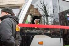 Motorniczy pierwszego tramwaju po ponad 50 latach w regularnym ruchu w Olsztynie - Solarisa Tramino Olsztyn S111O o numerze taborowym #3006 (19 grudnia 2015)