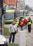 Solarisy Tramino Olsztyn S111O czekające w alei Piłsudskiego w kolejce, by zabrać pierwszych pasażerów (19 grudnia 2015)