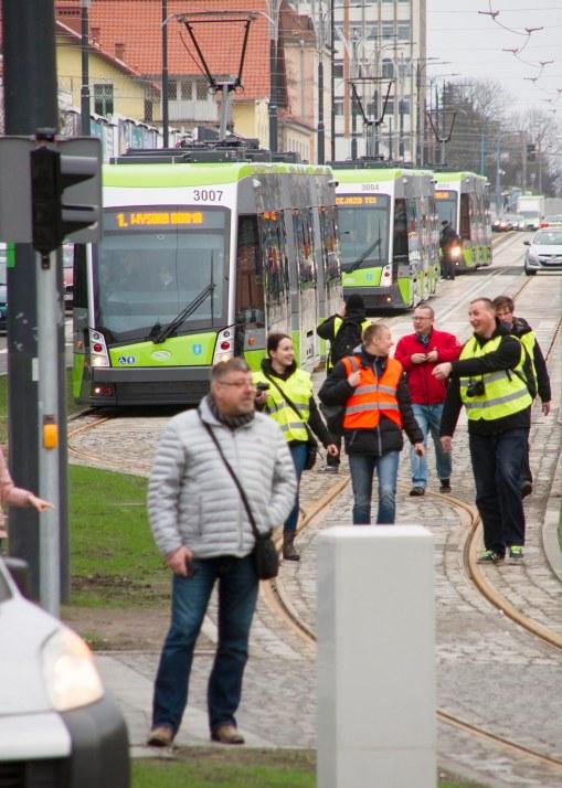 Solarisy Tramino S111O czekające w alei Piłsudskiego w kolejce, by zabrać pierwszych pasażerów (19 grudnia 2015)