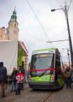 Pierwszy tramwaj po ponad 50 latach w regularnym ruchu w Olsztynie – Solaris Tramino Olsztyn S111O, w tle olsztyński ratusz o numerze taborowym #3006 (19 grudnia2015)
