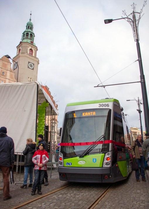 Pierwszy tramwaj po ponad 50 latach w regularnym ruchu w Olsztynie - Solaris Tramino S111O o numerze taborowym #3006, w tle olsztyński ratusz (19 grudnia 2015)