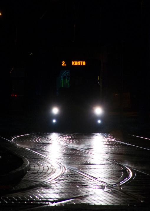 Solaris Tramino Olsztyn S111O #3001 na linii 2 w pierwszym dniu jej kursowania (27 grudnia 2015) na torach odstawczych przy przystanku początkowym Dworzec Główny tuż przed rozpoczęciem inauguracyjnego kursu (godzina 4:53)