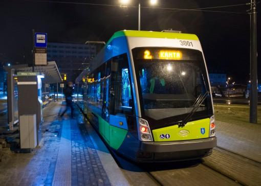 Solaris Tramino Olsztyn S111O #3001 na linii 2 w pierwszym dniu jej kursowania (27 grudnia 2015) na przystanku początkowym Dworzec Głównym tuż przed rozpoczęciem inauguracyjnego kursu (godzina 4:53)