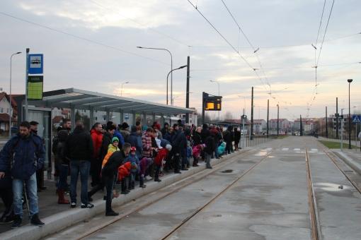 Pasażerowie czekający na przyjazd tramwaju na przystanku końcowym Kanta podczas pierwszego dnia kursowania (19 grudnia 2015)