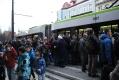 Tłumy chętnych do przejażdżki tramwajem podczas pierwszego dnia kursowania (19 grudnia 2015)