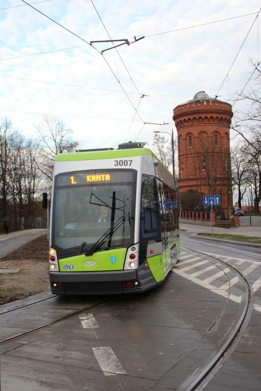 Solaris Tramino Olsztyn S111O #3007 na linii 1 w ulicy Żołnierskiej (23 grudnia 2015), w tle Obserwatorium Astronomiczne w dawnej wieży ciśnień