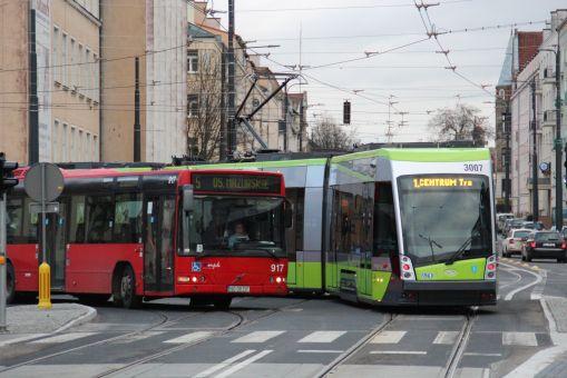 Volvo B7L V7000 #917 na linii 5 i Solaris Tramino Olsztyn S111O #3007 mijają się na skrzyżowaniu alei Piłsudskiego i ulicy Kościuszki (23 grudnia 2015)