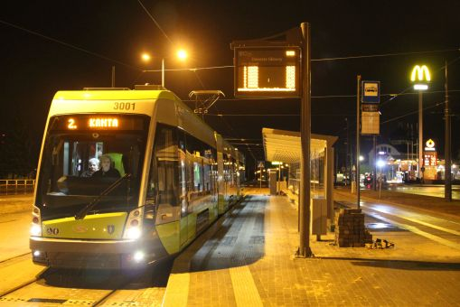 Solaris Tramino Olsztyn S111O #3001 na linii 2 w pierwszym dniu jej kursowania (27 grudnia 2015) na przystanku początkowym Dworzec Główny