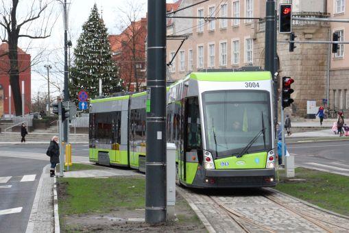 Solaris Tramino Olsztyn S111O #3004 na linii 1 w alei Piłsudskiego (23 grudnia 2015)