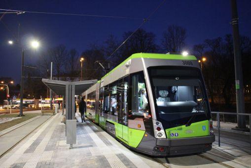 Solaris Tramino Olsztyn S111O #3008 na linii 3 w pierwszym dniu jej kursowania (31 grudnia 2015) na przystanku końcowym Uniwersytet-Prawocheńskiego po zakończeniu pierwszego kursu (6:30 z Dworca Głównego) © OlsztyńskieTramwaje.pl