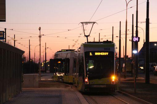 Solaris Tramino Olsztyn S111O #3008 na linii 3 w pierwszym dniu jej kursowania (31 grudnia 2015) na przystanku końcowym Dworzec Główny