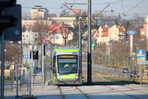 Solaris Tramino Olsztyn S111O #3006 na zmienionej trasie linii 1 (do krańcówki Uniwersytet-Prawocheńskiego) skręca z alei Sikorskiego w ulicę Tuwima (1 stycznia 2016)