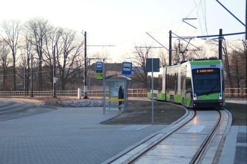 Solaris Tramino Olsztyn S111O #3005 na linii 3 wjeżdża na przystanek Galeria Warmińska (1 stycznia 2016)