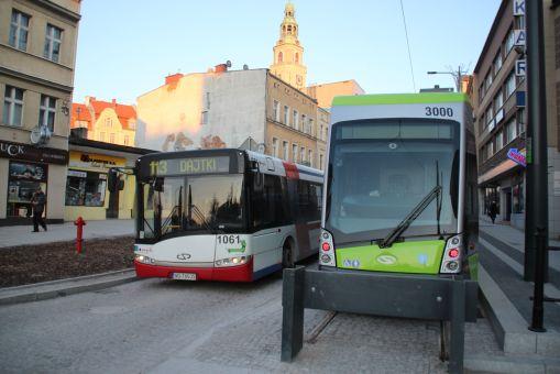 Solaris Tramino Olsztyn S111O #3000 na linii 1 na przystanku końcowym Wysoka Brama i mijający go Solaris Urbino 18 #1061 (2 stycznia 2016)