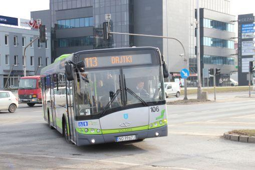 Solaris Urbino 12 III #106 skręca z ulicy Wyszyńskiego w aleję Piłsudskiego (29 lutego 2016)