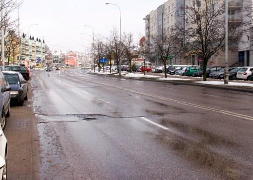 """""""Moskiewska"""" jezdnia, czyli 2x2 bez pasu rozdziału, i wszędzie parkujące samochody - tak dziś wygląda ulica Wilczyńskiego"""