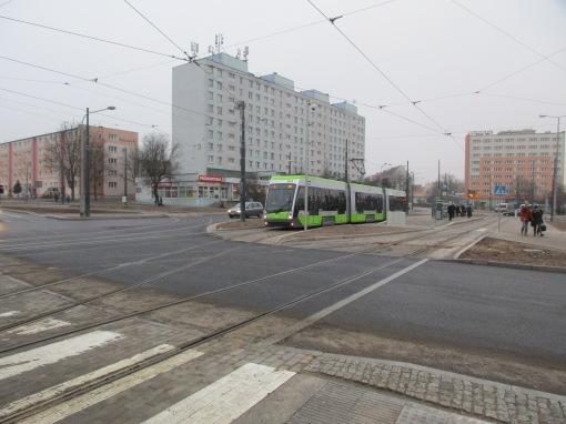 Solaris Tramino Olsztyn S111O #3003 odjeżdża z przystanku końcowego Dworzec Główny w kierunku torów odstawczych (8 lutego 2016)