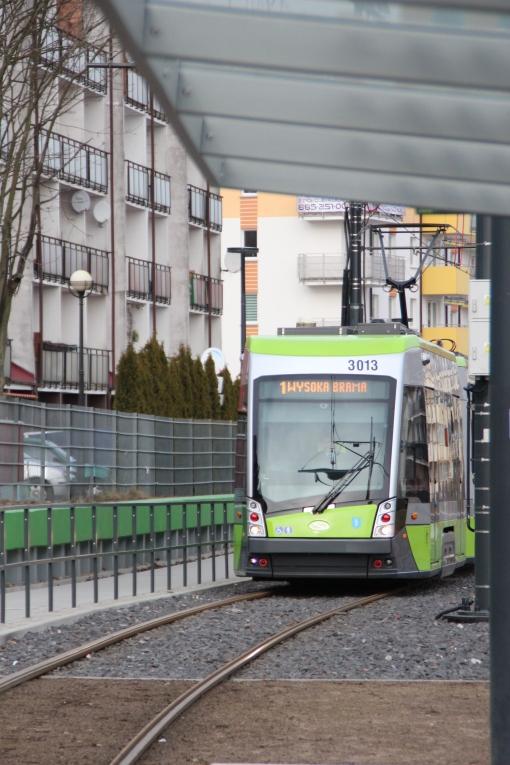 Solaris Tramino Olsztyn S111O #3013 wjeżdża na przystanek Płoskiego (29 lutego 2016)
