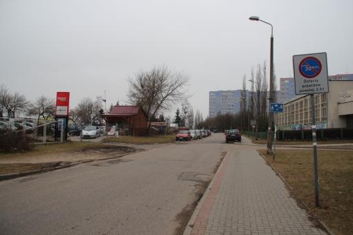 Droga wewnętrzna wzdłuż ulicy Wyszyńskiego, nazywana nieoficjalnie ulicą Parkingową