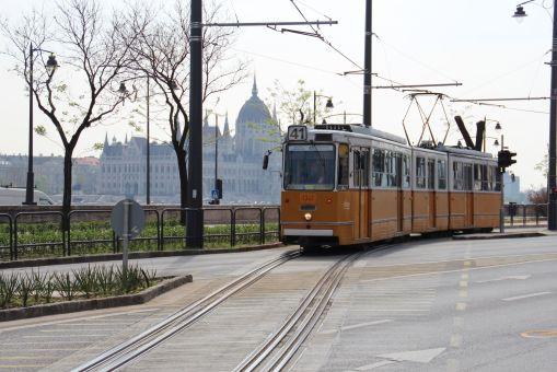 Dwa tory w jednym - splot rozwiązaniem bez rozjazdu na wąskie odcinki (na zdjęciu: Bem rakpart przy Margít híd w Budapeszcie)