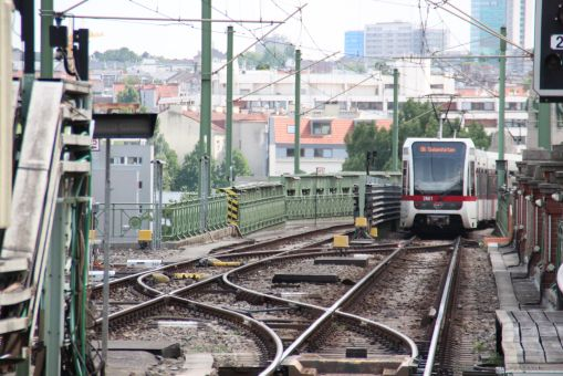 Para weksli przy stacji Gumpendorfer Straße na trasie metra U6 w Wiedniu