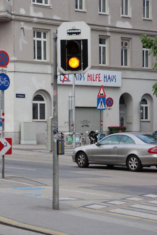 Sygnalizator ostrzegawczy na przejściu przez torowisko (światło żółte pulsujące)