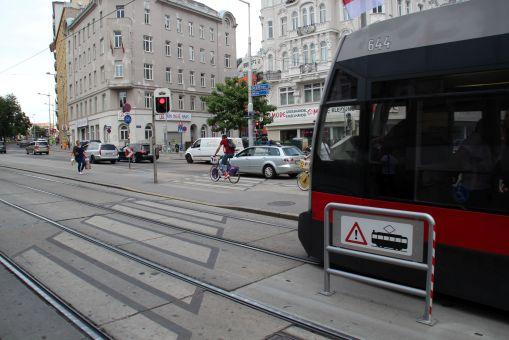 Sygnalizator ostrzegawczy na przejściu przez torowisko (światło czerwone stałe podczas przejazdu tramwaju)