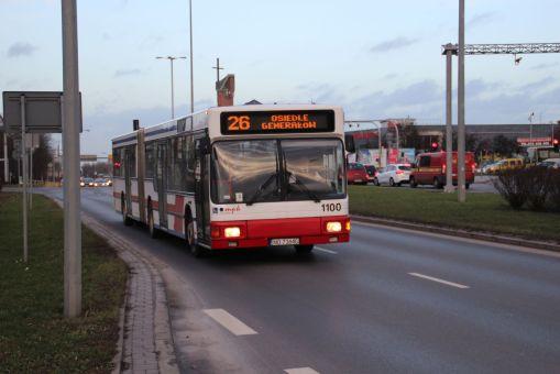 MAN A11 #1100 na linii 26 (dziś 126) na ulicy Synów Pułku (22 grudnia 2015)