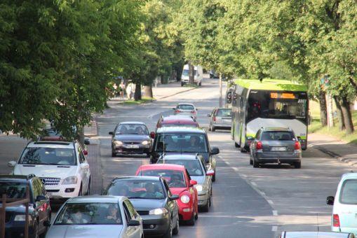 Ulica Jagiellońska w pobliżu przystanku Sawickiej, w tle Solaris Urbino 12 IV #A807 na linii 9 (27 czerwca 2016)