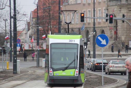 Solaris Tramino Olsztyn S111O #3011 na końcu odcinka dwutorowego w alei Piłsudskiego (4 marca 2016)
