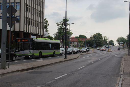 Solaris Urbino 12 III #108 na linii 128 przed skrzyżowaniem alei Piłsudskiego z Kościuszki