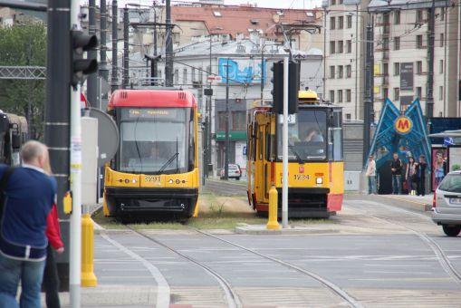 Osobne tory dla różnych kierunków na ulicy Targowej w Warszawie, przy Dworcu Wileńskim