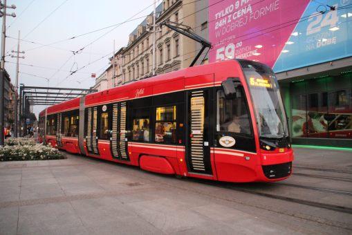 """Pesa Twist 2012N #847 (""""Zeflik"""") na linii 15 przejeżdża przez Rynek w Katowicach (24 czerwca 2016)"""