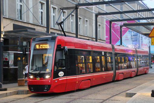 """Pesa Twist 2012N #823 (""""Jadzia"""") na linii 16 na przystanku Katowice Rynek w Katowicach (24 czerwca 2016)"""
