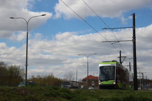 Solaris Tramino Olsztyn S111O #3010 na linii 3 zbliża się do mostu na Łynie przy ulicy Tuwima (19 kwietnia 2017)