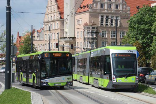 Solaris Urbino IV 12 #A808 na linii 101 i Solaris Tramino Olsztyn S111O #3009 w kursie specjalnym w alei Piłsudskiego (21 maja 2016)
