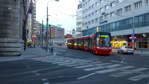 Škoda 30T ForCity #7501 na linii 4 skręca z ulicy Štúrovej w ulicę Jesenského w Bratysławie (3 kwietnia 2016)
