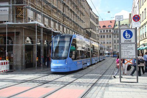 Siemens Avenio T #2807 na linii 19 na Perusastraße w Monachium (19 sierpnia 2016)